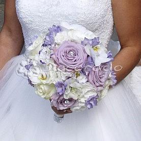 Pastelowy fiolet w  wiązance ślubnej