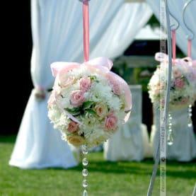 Kwiatowa alejka – romantyczna dekoracja ślubna w plenerze