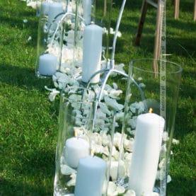 Płatki, świece, kwiaty – dekoracja ślubu w plenerze – Rezydencja Solei