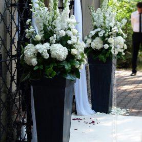 Kwiatowe kompozycje w eleganckich donicach