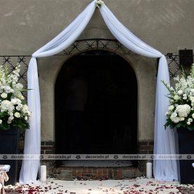 Elegancka dekoracja wejścia do Kościoła w Chybach