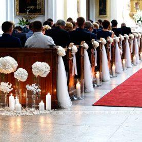 Eleganckie hortensje – dekoracja ławek w Bazylice w Trzemesznie