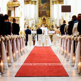 Wystrój kościoła w bieli z eleganckim czerwonym dywanem – Bazylika w Trzemesznie