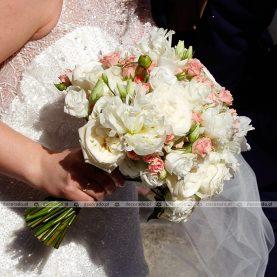 Biel i róż kwiatów w bukiecie