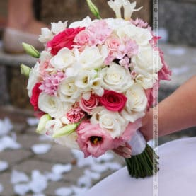 Bukiet ślubny z malinowym akcentem