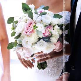 Pastelowy bukiet ślubny z szarą zielenią liści