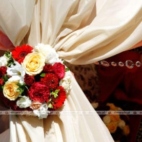 Radosne kolory kwiatów w eleganckiej oprawie – dekoracja ślubu w plenerze – taras Pałacu w Wąsowie