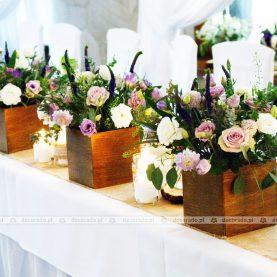 Kompozycje w drewnianych skrzyneczkach – stół prezydialny – Gościniec Marzymięta