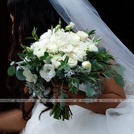 Bukiet ślubny – kwiaty w kryzie z szarej zieleni liści