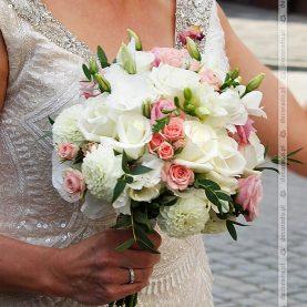 Elegancko i klasycznie – bukiet ślubny biel i róż