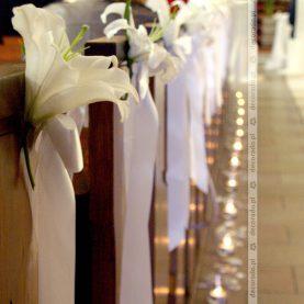 Elegancki kwiat lilii w dekoracji ławek