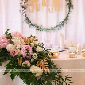 Złote akcenty wśród liści i kwiatów – dekoracja sali w Pałacu na Opieszynie