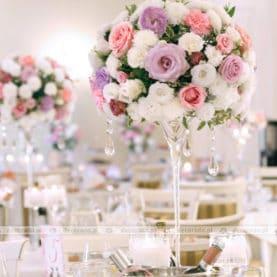 Kompozycje kwiatowe na wysokim szkle w Pałacu Biedrusko