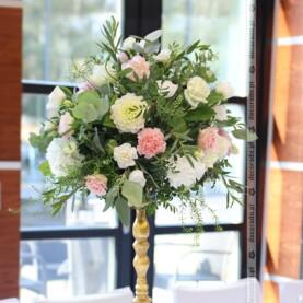 Kompozycja na złotym świeczniku – dekoracja ślubna w Barczyźnie