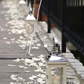 Romantyczne latarenki – dekoracja ślubu w plenerze Villa Natura