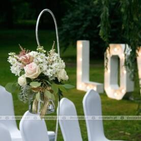 Delikatne bukiety na białych stojakach – dekoracja ślubna w plenerze – Pałac Jabłonowo
