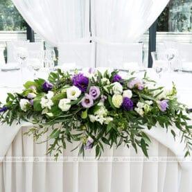 Biel, fiolet i zieleń liści – dekoracja stołu prezydialnego w Dworku Róża Poraja