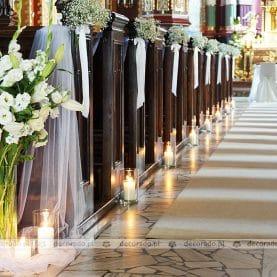 Kwiaty, świece, kule gipsówki – dekoracja Kościoła św. Andrzeja Apostoła w Komornikach