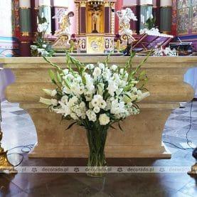 Bukiet kwiatów na ołtarzu – dekoracja ślubna w kościele w Komornikach