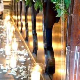 Kościół św. Wojciecha – naturalne bukiety kwiatów w blasku świec