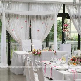 Elegancka dekoracja za stołem prezydialnym
