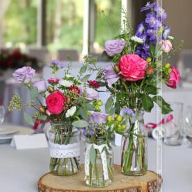 Bawełniana koronka, kwiaty w słoikach, plastry drewna – dekoracja sali w naturalnym stylu vintage – Novel House