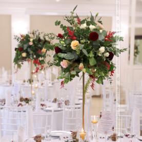 Zieleń liści z akcentami bordo i beżu – dekoracja ślubna w Pałacu Wąsowo