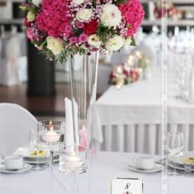 Kwiaty na wazonach pilsner – amarantowa dekoracja sali w Hotelu Podróżnik