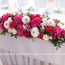 Kompozycja w żywych kolorach – odcienie amarantu w dekoracji ślubnej – Hotel Podróżnik