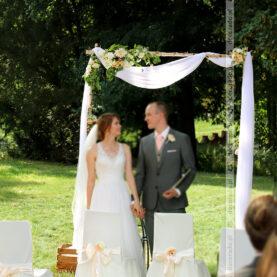 Naturalne piękno kwiatów – dekoracja ślubu w plenerze – Pałac Wąsowo