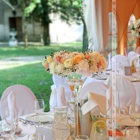 Namiot przy Pałacu Wąsowo – delikatna pastelowa dekoracja weselna