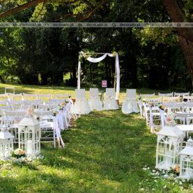 Ślub w cieniu drzew – dekoracja ślubna ceremonii ślubnej – Pałac Wąsowo