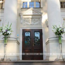 Wysokie stojaki z kwiatami przez Pałacem Tłokinia