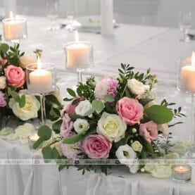 Kwiaty na stole prezydialnym w otoczeniu świec – Hacjenda