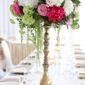 Kompozycje z kwiatów na stylowych złotych stojakach – dekoracja Pałacu Jaśminowego