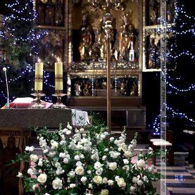 Kompozycja kwiatowa na ołtarzu – Katedra Poznańska