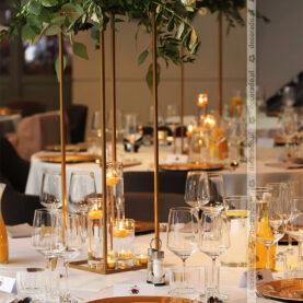 Złote stojaki, złote podtalerze, złote świece – elegancka dekoracja stołów – Młyńska 12