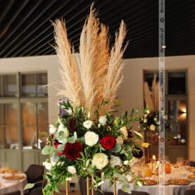 Trawa pampasowa w otoczeniu kwiatów – oryginalne kompozycje – Restauracja Młyńska 12 w Poznaniu