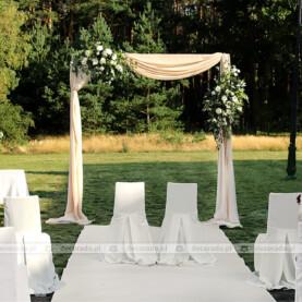 Romantyczna dekoracja ślubna w plenerze – Barczyzna