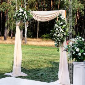 Brama ślubna z kwiatami, kwiaty na kolumnach – dekoracja ceremonii cywilnej w plenerze – Hotel Barczyzna