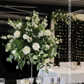 Naturalne romantyczne kompozycje z piękną zielenią – dekoracja sali w Barczyźnie