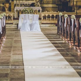 Prosto i elegancko – ślubny wystrój kościoła
