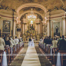 Delikatna dekoracja ślubna kościoła w Zbąszyniu