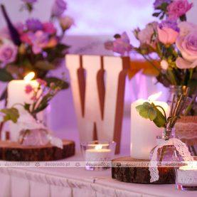 Drewno, kwiaty, świece – dekoracja stołu prezydialnego – Country Park