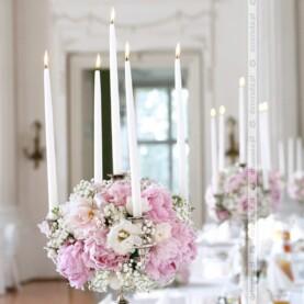 Piękne piwonie w blasku świec – dekoracja sali w Pałacu w Rydzynie