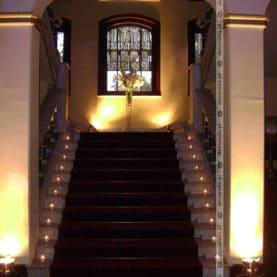 Kwiaty i światło – dekoracja schodów w Pałacu w Wąsowie