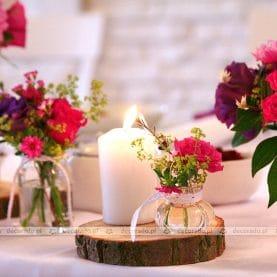 Intensywne kolory kwiatów, naturalne dodatki – dekoracja vintage w Gościńcu Żurawiec – Biały Dworek