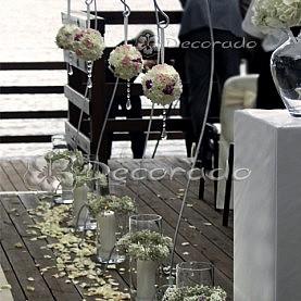 Lampiony, kwiatowe kule i kwiaty na postumentach – dekoracja ślubu cywilnego – Skorzęcin