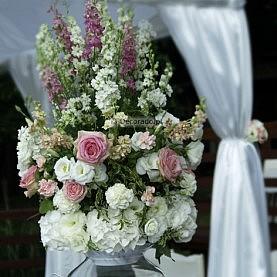 Przepych kwiatów – dekoracja ślubu cywilnego – ceremonia w Skorzęcinie