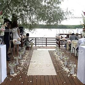 Dekoracja plenerowej ceremonii ślubnej nad jeziorem Białym w Skorzęcinie